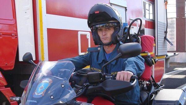 Глава МЧС России Владимир Пучков передал на вооружение крымским спасателям новое оборудование. На фото: пожарный мотоцикл
