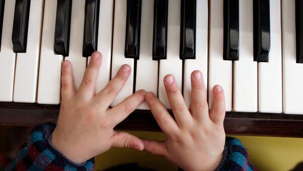 Ребенок за фортепиано. Архивное фото