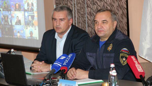 Владимир Пучков и Сергей Аксенов во время совещания в Симферополе