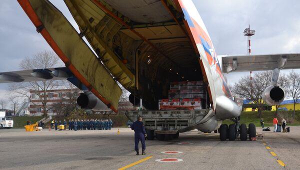 Спецборт МЧС России доставил в Крым 300 мобильных электрогенераторов