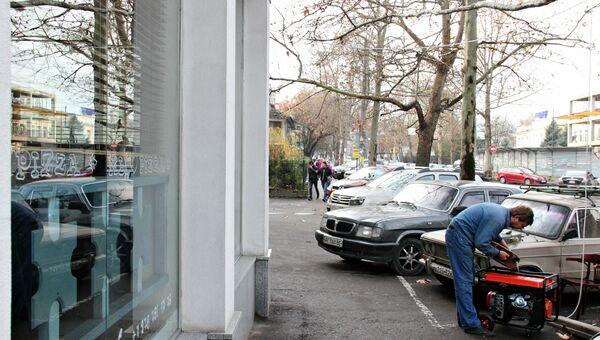 Около кафе в центре Симферополя запускают бензиновый генератор