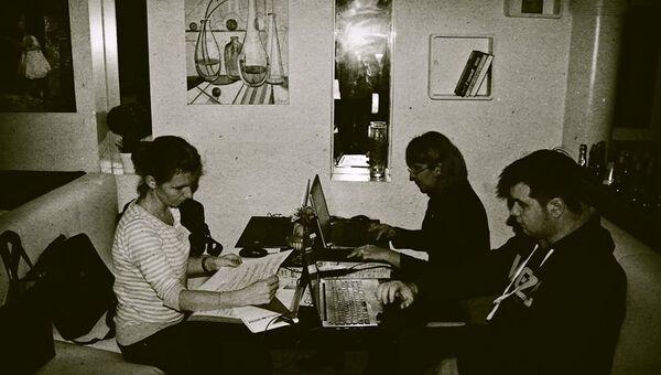 Блэкаут в Крыму. Журналисты работают в кафе Елисеев