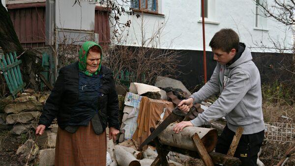 В Симферополе подростки помогают пенсионерам пережить блэкаут