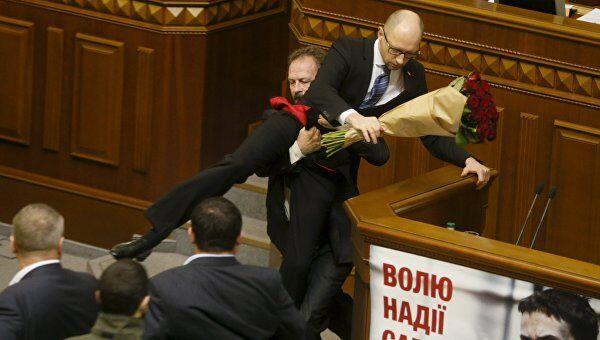 Депутат Олег Барна пытается удалить премьер-министра Арсения Яценюка с трибуны во время заседания парламента