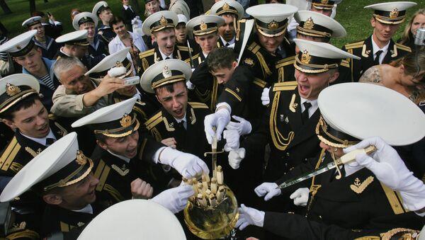Выпускники  Военно-морской инженерной академии обмывают свои офицерские кортики