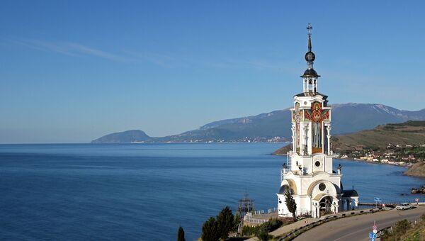Вид на храм-маяк Святого Николая Чудотворца в селе Малореченское