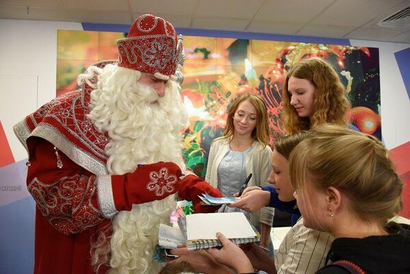 Пресс-конференция главного Деда Мороза России, прибывшего в Крым из Великого Устюга, в мультимедийном пресс-центре МИА Россия сегодня в Симферополе