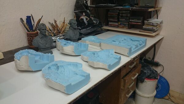 Скульпторы памятника Екатерине II отливают гипсовый макет и бюсты