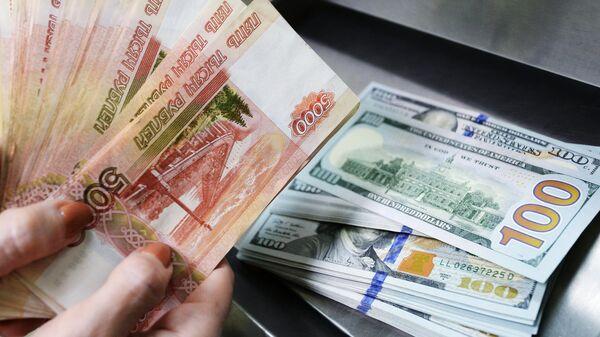 Доллары США и рубли в кассе