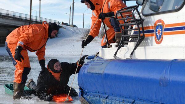 Учения МЧС по оказанию помощи людям, провалившимся под лед