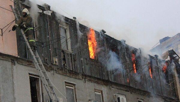 В Судаке горит деревянный трехэтажный барак