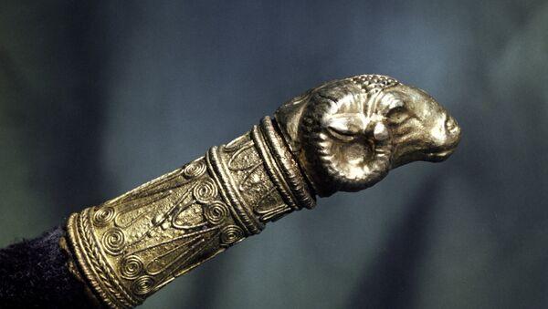 Золотой наконечник малого ритона - питьевого (обычно для вина) сосуда в виде рога животного с небольшим отверстием в нижнем узком конце - в форме головы овна. Из тайника Гаймановой могилы. Середина IV века до н. э. Скифское золото.