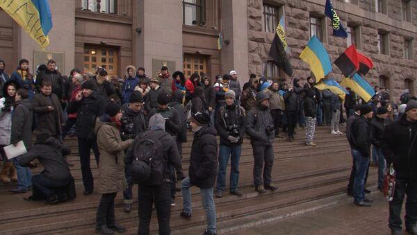 Протестные стихи и очереди за едой - как живет палаточный городок на Майдане