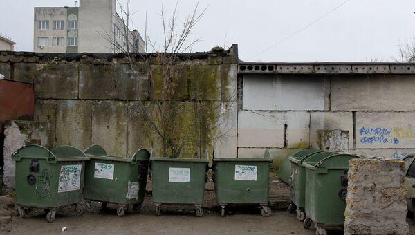 Мусорные баки на одной из улиц Симферополя