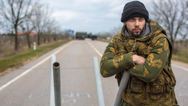 Местный житель из отряда самообороны на блокпосту у въезда в аэропорт Бельбек рядом с Севастополем в 2014 году