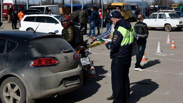 Крымчане в очереди для замены украинских автономеров на российские