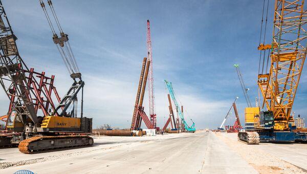 Строители возводят свайные фундаменты Крымского моста