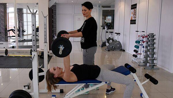Крымчанка Елена Семенова – фитнес-тренер, управляющая фитнес-студией в Симферополе и заботливая мама троих детей. Индивидуальная тренировка