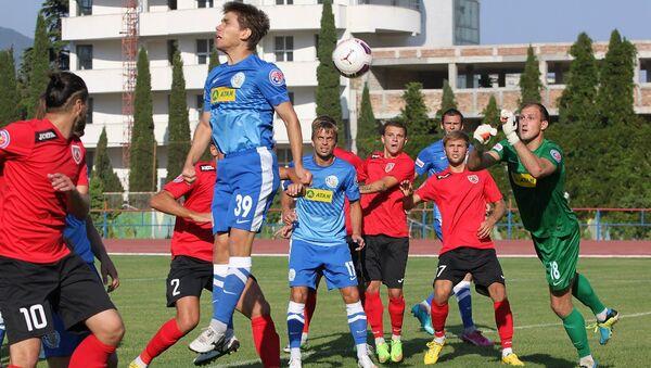 Крымские футболисты во время игры