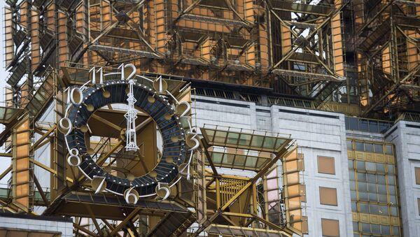 Часы на верхней части здания Президиума Российской Академии наук на Ленинском проспекте в Москве