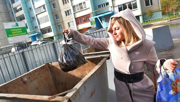 Девушка выбрасывает мусор
