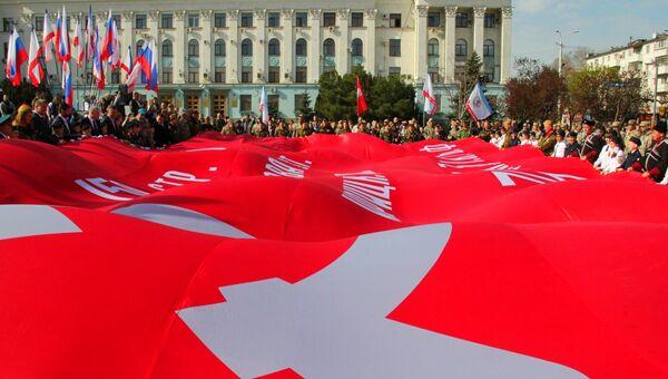 В Симферополе развернули 200-метровое Знамя Победы