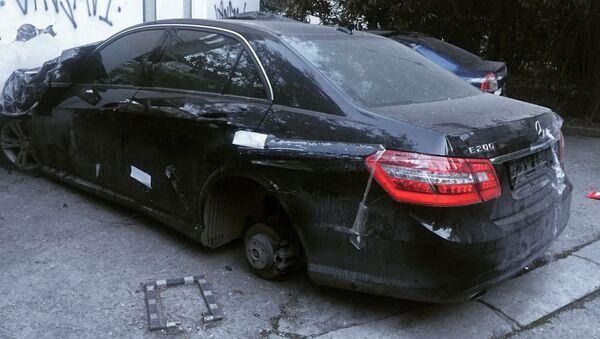Сгоревший в Ялте автомобиль Mercedes, у которого воры сняли колесо