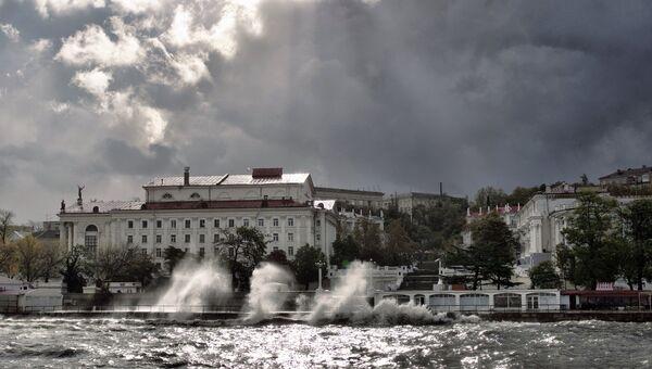 Сильный шторм в Севастополе