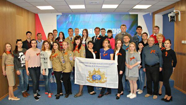 Участники мультимедийной пресс-конференции, приуроченной к старту акции Георгиевская ленточка, в Симферополе