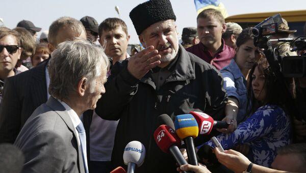 Депутат Верховной рады Украины Мустафа Джемилев и председатель Меджлиса крымско-татарского народа Рефат Чубаров (в центре слева направо)