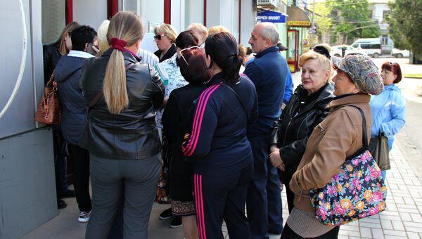 Очереди за талонами на получение услуг в Государственном комитете по государственной регистрации и кадастру Республики Крым