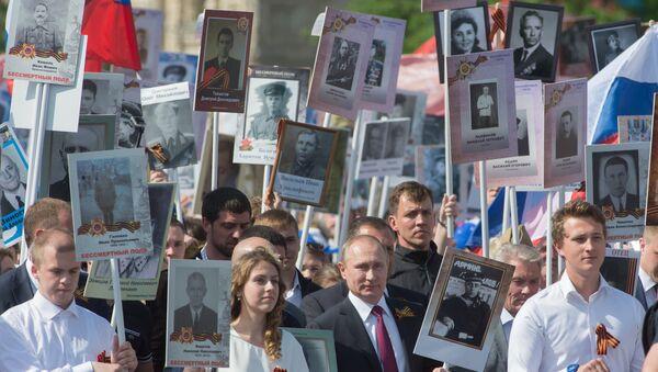 Президент Российской Федерации Владимир Путин (в центре) с портретом своего отца-фронтовика Владимира Спиридоновича принимает участие в шествии патриотической акции Бессмертный полк на Красной площади