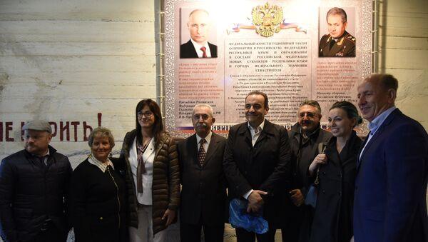 Гости из Италии сфотографировались на фоне портретов Путина и Шойгу