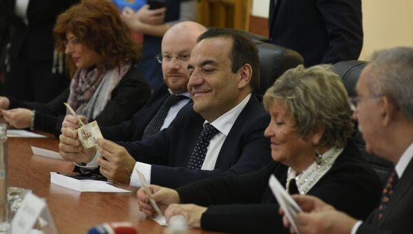 Итальянским сенаторам подарили крымские сувенирные сторублевки