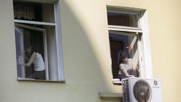 Девушки моют окна