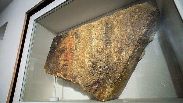 Экспонат античного периода - Портрет юноши конца IV в. до н.э. - в музее-заповеднике Херсонес Таврический