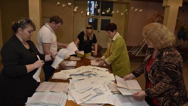 Подсчет бюллетеней предварительного голосования партии Единая Россия в Симферополе, участок в школе №17