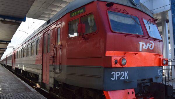Поезд на железнодорожном вокзале в Симферополе