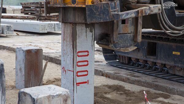 Строители погрузили более 1000 свай в основание Крымского моста