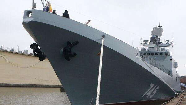 Церемония первого поднятия флага на фрегате Адмирал Григорович в Калининграде