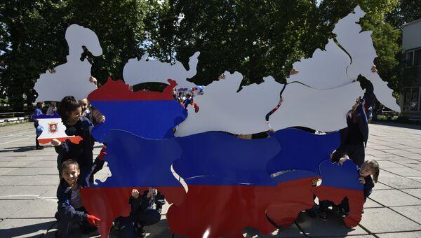 В Крыму дети собрали огромный пазл с географической картой России