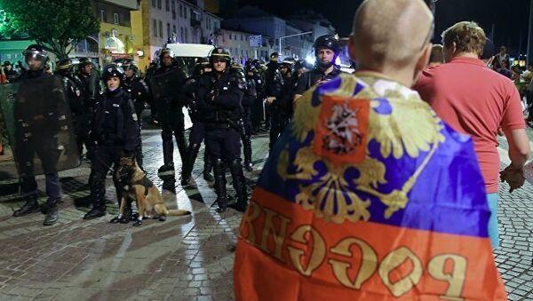 Полицейские стоят в оцеплении во время беспорядков после окончания матча между сборными командами Англии и России в Марселе. Архивное фото