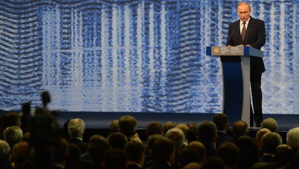 Президент России Владимир Путин выступает на пленарном заседании На пороге новой экономической реальности в рамках XX Петербургского международного экономического форума в Санкт-Петербурге