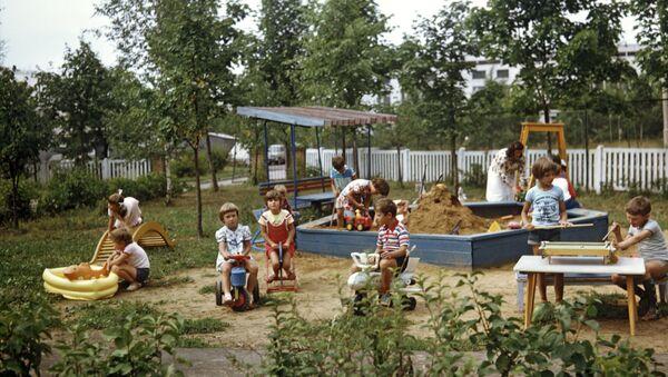 Дети играют на площадке детского сада
