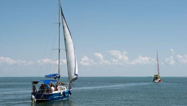 Прогулочная яхта в акватории в Крыму