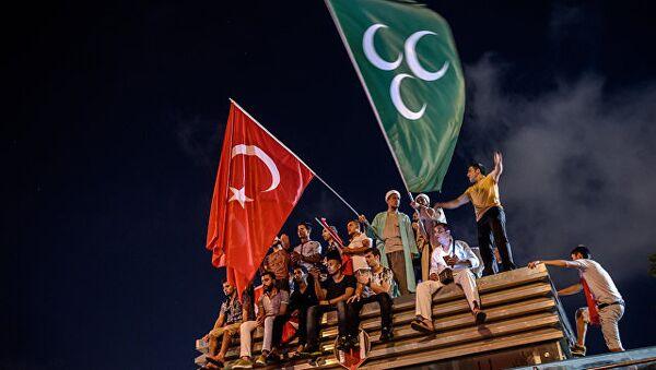 Демонстранты с турецкий и османским флагами на площади Таксим в Стамбуле