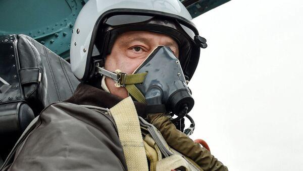 Президент Украины Петр Порошенко в кабине самолета Су-27 в День защитника Украины в Запорожье