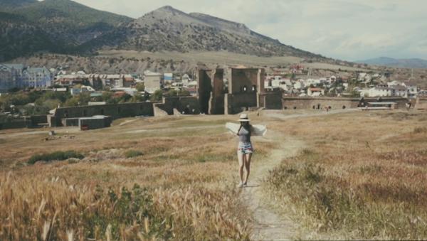 Скриншот из видео о путешествии в Крым видеографа из Англии Даши Хагг