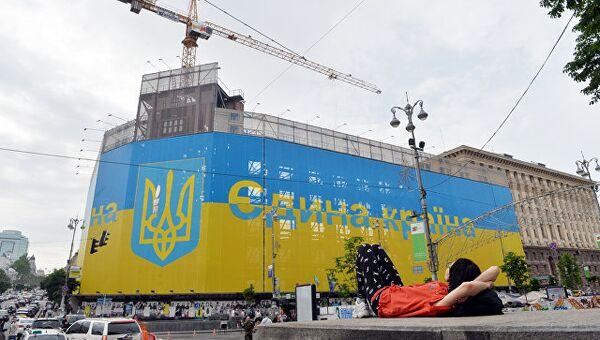 Флаг и герб Украины на здании в центре Киева