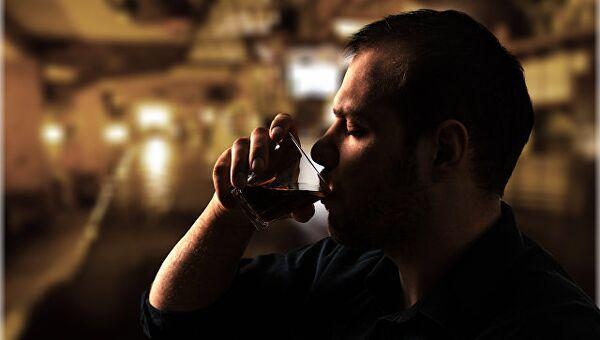Мужчина пьет из стакана. Архивное фото